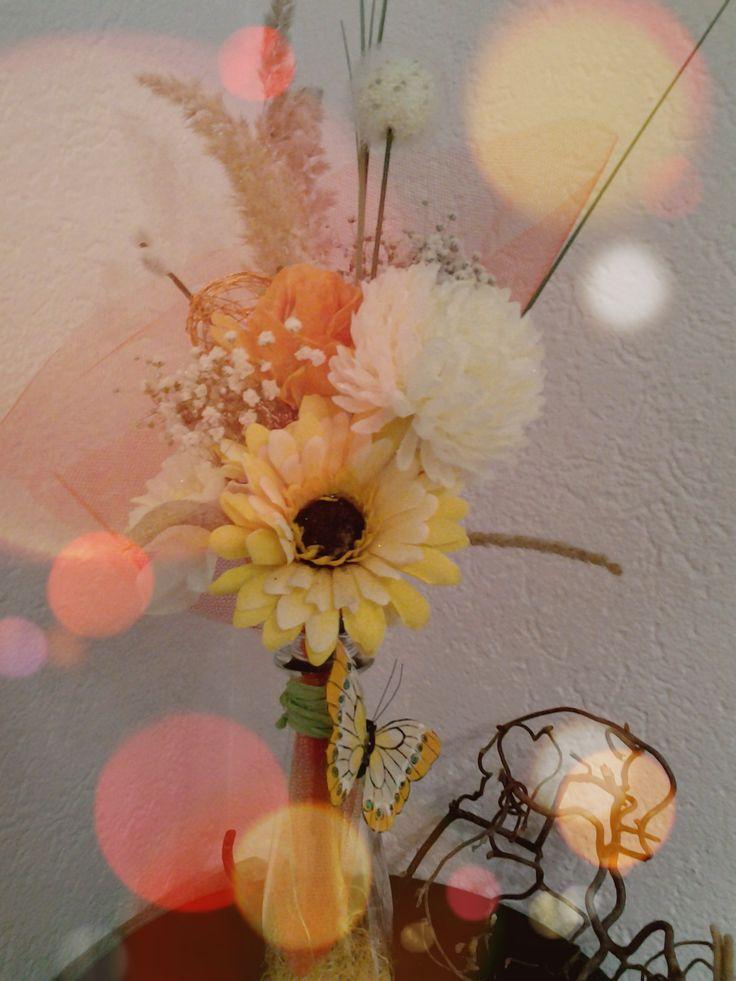 Dieser tolle Strauss muss nicht gegossen werden, denn er ist aus Kunstblumen.Designed by Giggi