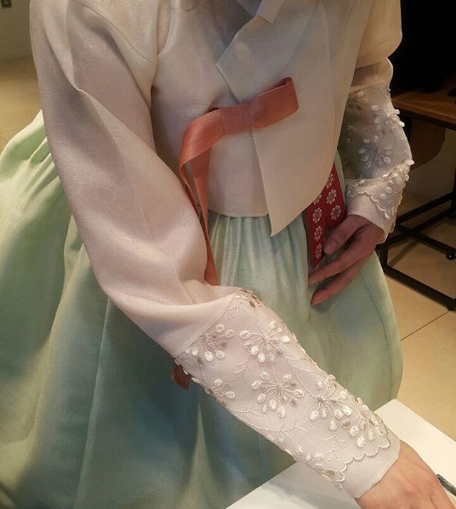 """신부들의 치마색상도 이제는 빨강 핑크색만이 전부가 아닌 ᆞ 워딩한복과 외출복을 겜한 새로운 트랜드의 결혼한복 신부한복 가봉데이 ᆞ…"""""""