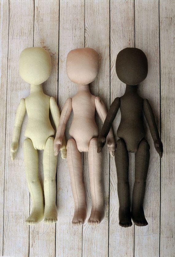 Cuerpo de la muñeca en blanco está listo para sus ideas interesantes.  Preformas de muñeca de trapo rellenas. Cuerpo está hecho de calico y se llena