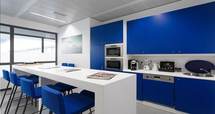 Espaço de refeições nos escritórios da Volvo em Lisboa, Portugal