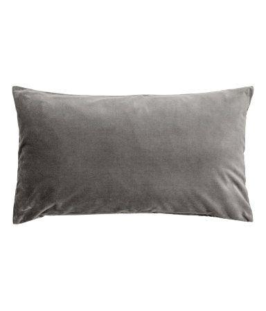 Grau. Kissenhülle aus Baumwollsamt. Verdeckter Reißverschluss.