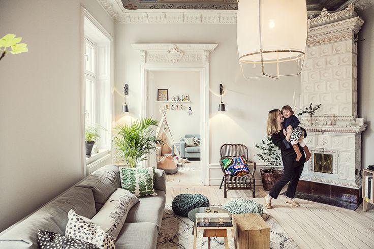 Var: Hemma hos Carin, Thomas och Charlie i deras 1800-talsdröm på Södermalm i Stockholm. När: En kylig dag i december månad, år 2015. Hur: Med fransk radio, svindlande takmålningar och ljuvliga Charlie-kramar. Carin öppnar dörren till våningen på söder som badar i både ljus, värme och stuckaturer och vi stiger in i denna fransk/svenska skönhet som är omöjlig att inte älska. Och samma beskrivning passar lika bra på den duo som vi får hälsa på denna dag, Carin och Charlie, 2 år.Carin…