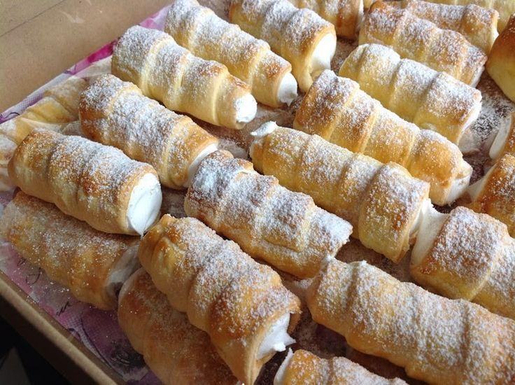 Was die Schaumrollen angeht, habe ich eine gute Erfahrung mit einem Teig aus Mehl, Margarine und saurer Sahne gemacht. Die Zubereitung ist sehr schnell und einfach, und die Schaumröllchen sind schön knusprig.