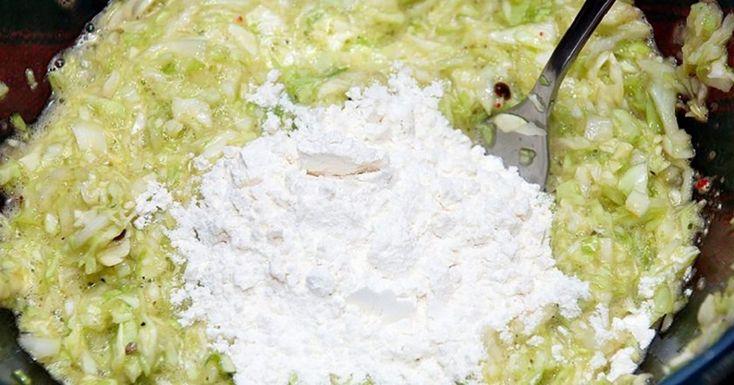 A Káposztás lepény zabpehellyel egy ízletes és egészséges étel, amely könnyen elkészíthető és a nap bármelyik időszakában fogyasztható, mert kevés kalóriát tartalmaz. Hozzávalók: 1/2 bögre zabpehely, 350 g káposzta, 1 db hagyma, egy csipet só, 2 db tojás, 6 evőkanál liszt, 1 köteg zöld kapor , csipet őrölt fekete bors.[...]