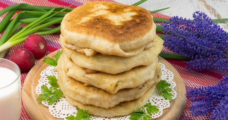 Poftiți la plăcinte cu brânză de vaci, ceapă verde și mărar. O bunătate de plăcinte care rămân a fi gustoase fie calde fie reci. Datorită acestei rețete veți obține niște plăcinte pufoase, moi și aromate.