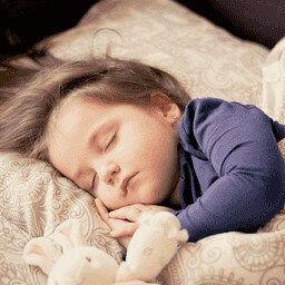 Πώς μπορώ να βοηθήσω το παιδί μου να μάθει να κοιμάται μόνο του; Βοηθητικές συμβουλές και τεχνικές. παιδί που κοιμάται.