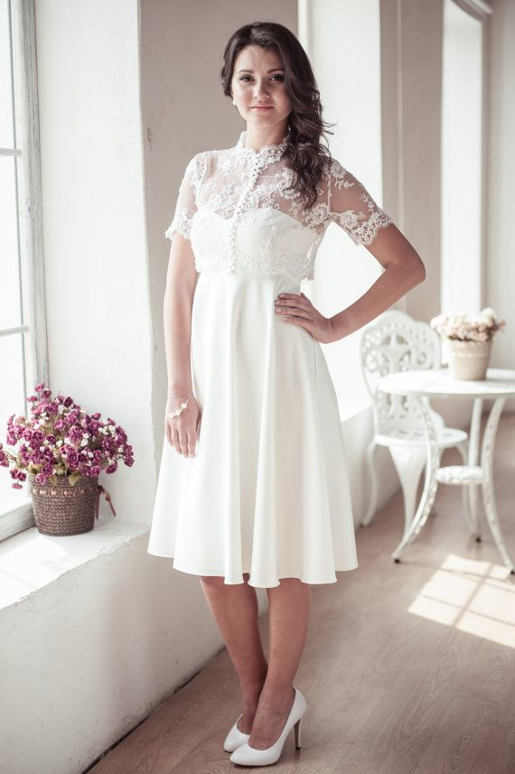 Welcher Brautkleid Typ bist Du? Das 'Empire Kleid' ist für viele das Sinnbild für das eleganteste Brautkleid. Es erscheint sehr feminin, da die Silhouette dabei besonders die Brust betont.