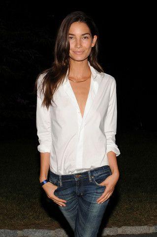 witte blouse en spijkerbroek