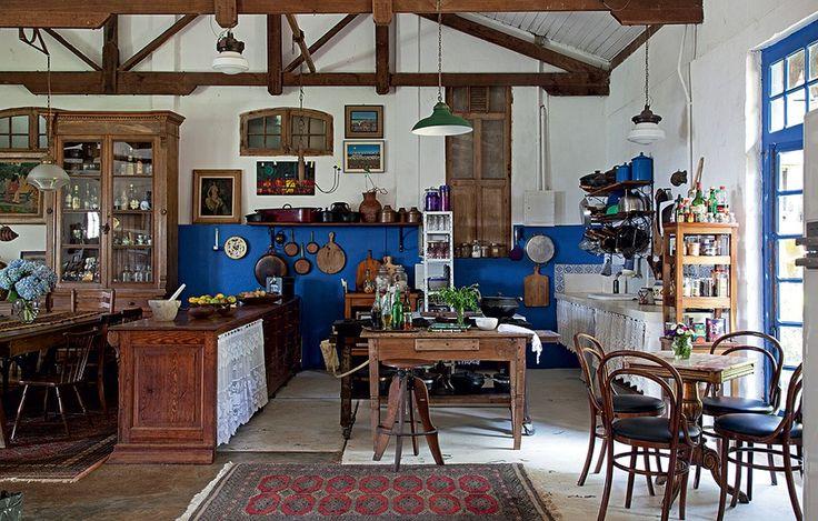 O rústico galpão foi transformado em casa pelo especialista em antiguidades Paulo Ribeiro Pereira. Na cozinha, os móveis são robustos, como os balcões de cedro e pinho-de-riga. Panelas e tábuas ficam expostas na parede metade azul
