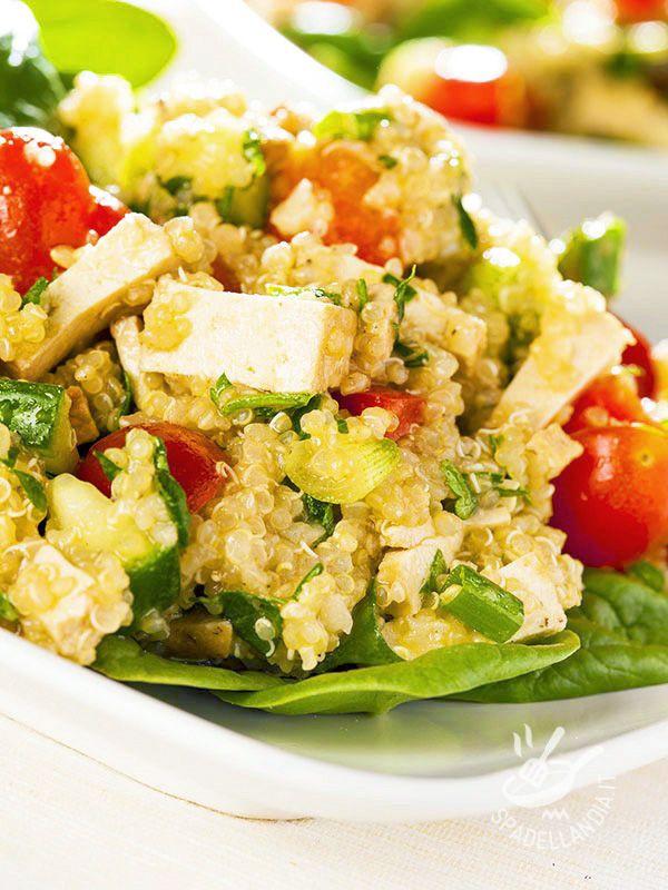La Quinoa con tofu e verdure è un piatto ricco di proteine e sali minerali, nutriente ma leggero, indicato per chi segue un'alimentazione sana.