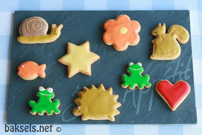 Vrolijke koekjes met eiwitglazuur, leuk om bij een #kinderfeestje te maken of als #traktatie :D  http://www.baksels.net/site/koekjes-met-eiwitglazuur/