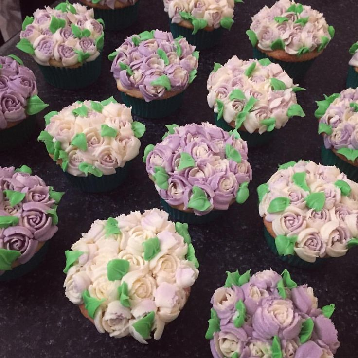 Playing with a new piping tip #russiantips #russianpipingtips #roses #pipingroses #buttercreamflowers #cupcakes #flowercupcakes #yum #buttercreamroses