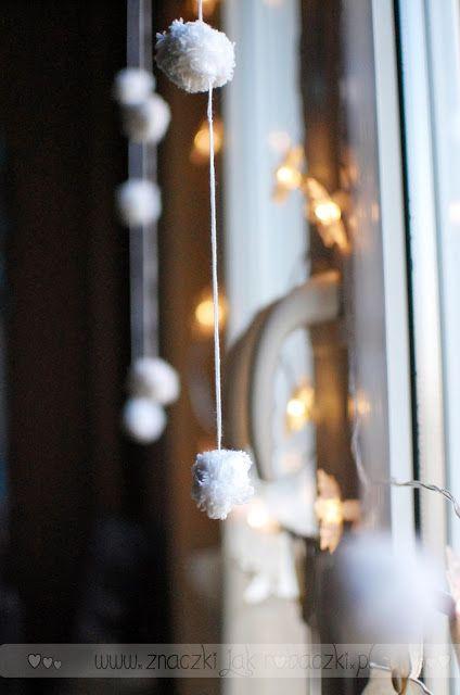 Tere fere kuku...: Zimowa dekoracja okna - pompony DIY