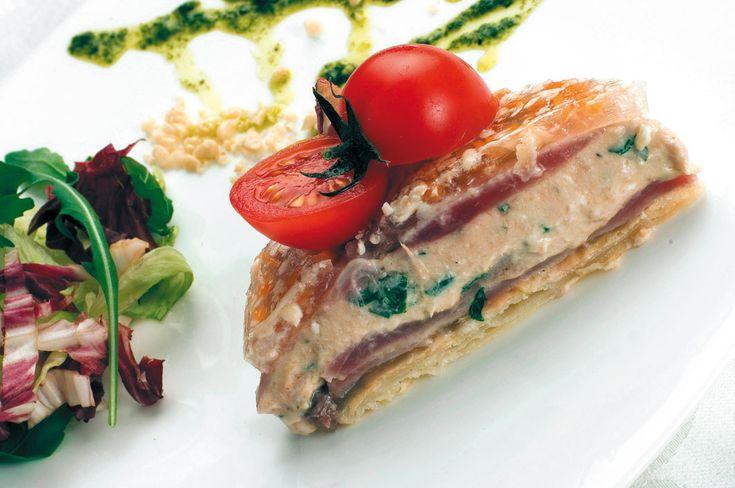"""""""Millefoglie di tonno su salsa di aceto e menta"""" dello chef Rafik Tlatli  #lamadia #lamadiatravelfood #food"""