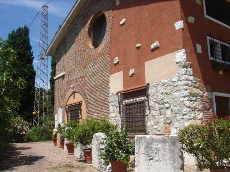 Il Relais è un vecchio casale contadino risalente ad un paio di secoli fa. Ultima casa prima del bel #Parco Naturale tutelato della Rocca del #Garda, gode di una tranquillità impareggiabile e di un panorama unico e stupefacente | Presente su www.BedAndBreakfa... #BnBItalia #BnBVeneto #BnB #BedAndBreakfast #BeB #BeBItalia #BeBVeneto