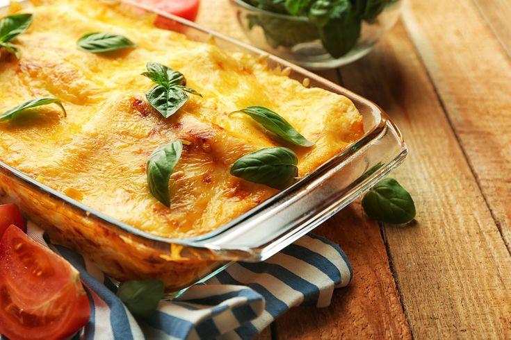 Préparation : 1. Préchauffez le four à 200°C. Préparez une sauce béchamel en faisant fondre le beurre dans une casserole à feu moyen. Ajoutez ensuite la farine en mélangeant bien. Déversez le lait…
