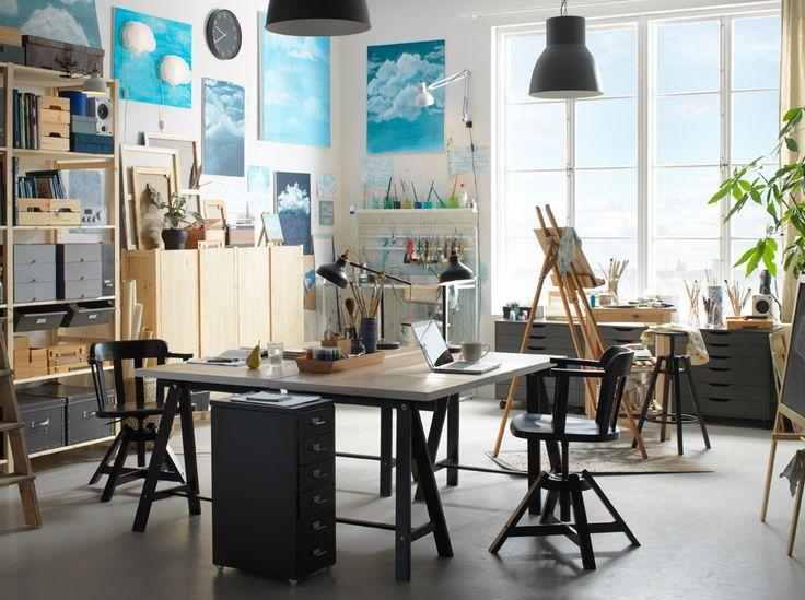 그레이와 화이트 톤의 인더스트리얼 스타일 작업실에 2개의 책상이 붙어있는 모습입니다.