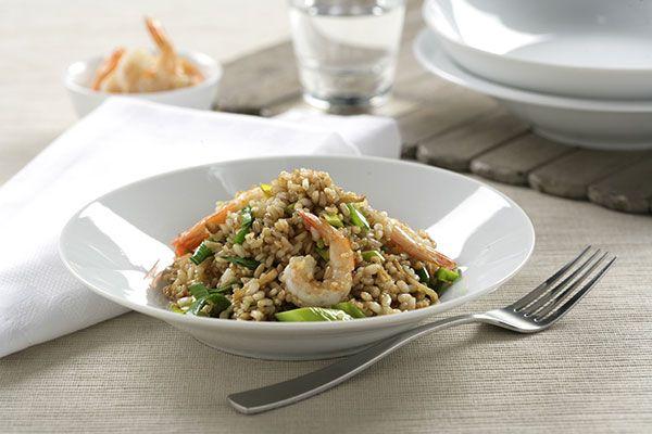 Wok de arroz integral con quinoa, verduras y langostinos, una receta sana y deliciosa para empezar el curso