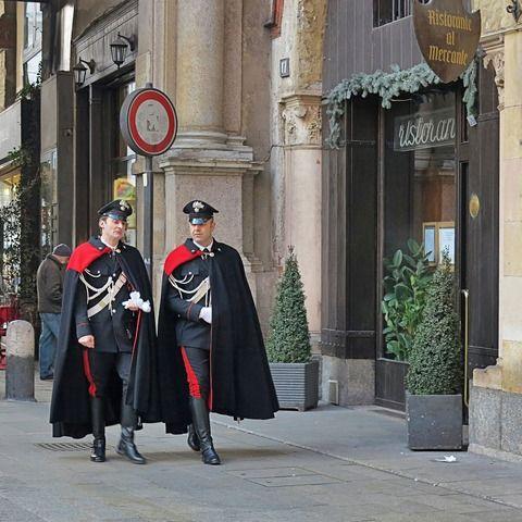 カラビニエリ(イタリア語: Carabinieri)は、イタリアの国家憲兵である。正式名称は l'Arma dei Carabinieri である。