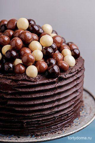 Двойной Кофейно- Шоколадный Торт с Шоколадным Кремом  Ингредиенты:  Для торта: - 400 г сахарной пудры - 275 г муки - 50 г какао-порошка - 1,5 ч. л. разрыхлителя теста -1,5 ч. л. пищевой соды - 1 ч. л. соли - 100 г топленого масла - 2 яйца - 250 мл пахты (можно кефир) - 250 мл горячего кофе  Для крема: - 200 г сливочного масла комнатной температуры - 600 г сахарной пудры (обязательно просеять) - 50 г какао-порошка - 100 г темного шоколада (расплавить) - 2-3 ст. л. черного кофе - Шоколадные…