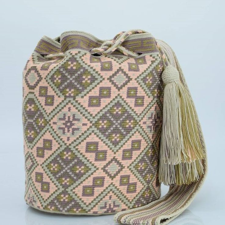 262 отметок «Нравится», 2 комментариев — Just Wayuu (@just.wayuu) в Instagram: «Handcrafted handbags made by indigenous wayuu in the north of Colombia. Worldwide shipping. PayPal…»