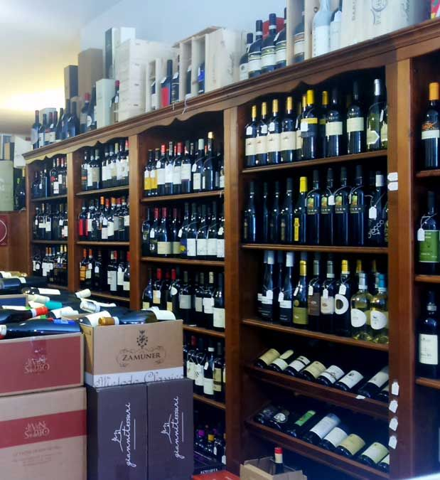 La Casa del Vino Enoteca is located in Torri di Quartesolo, it offers a wide selection of wines coming from all over Italy plus food specialties such as extra virgin olive oil, pasta di Gragnano, etc.