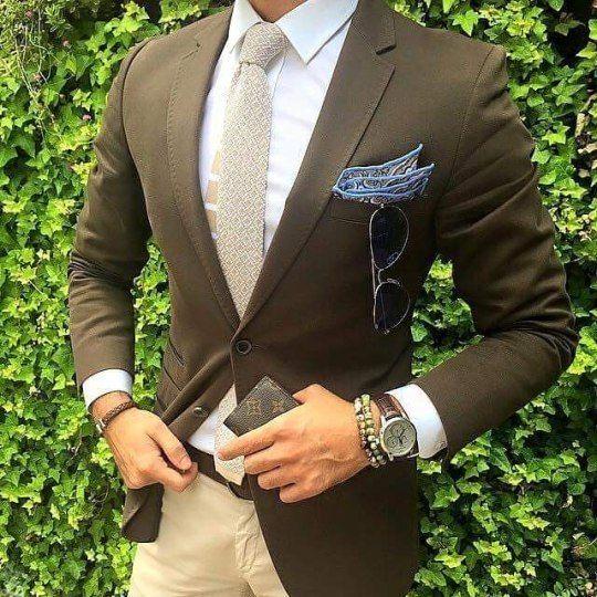 7 признаков того, что костюм сидит отлично  1. Обращаем внимание на плечи костюма, они должны идеально совпадать с вашими, не нависать и не быть короче.  2. Ваша прямая ладонь должна легко скользить между телом и лацканами, когда верхняя пуговица пиджака застёгнута. Если рука сжата в кулак, то костюм должен натягиваться в районе пуговицы.  3. Верхняя пуговица (если это пиджак с двумя пуговицами) или средняя пуговица (если всего их три) не должна быть ниже пупка.   4. Пиджак должен…