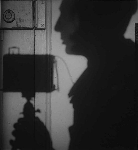 André-Kertesz-Autoportrait-en-ombre-Paris-1927.jpg