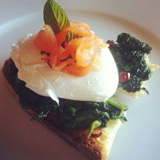 Uova in camicia con spinaci piccanti e salmone alla menta - #spring #springfood #easter #foodday #foodporn #recipe #instafood #instagnam #eggs #salmon #lunch #dinner #appetizer #starter #healthy