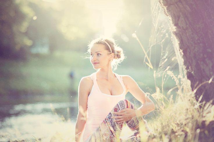 Hormonální jóga pro ženy řeší problémy způsobené hormonální nerovnováhou např.: - Předčasná menopauza - Symptomy spojené s menopauzou -Emocionální nestabilita, snížení paměti, ztráta vitality, nízké libido, migrény - Premenstruační syndrom (PMS) - Polycystické vaječníky (PCO) - Ztráta menstruace a ovulace - Neplodnost - Osteoporóza - Inkontinence - Nedostatečná činnost štítné žlázy - Nespavost - Padání vlasů, suchá pleť a akné - Syndrom karpálního tunelu aj.