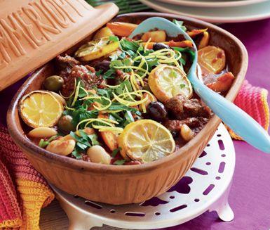 Att tillaga älgkött i lergryta gör det både saftigt och smakrikt. I denna älggryta samsas köttet med smaker av tomater, chilisås och citron samt matiga ingredienser som potatis, morötter och bönor. En mättande gryta med höstliga toner.