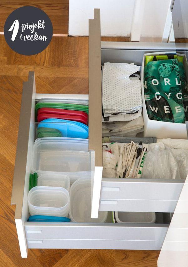 De ställen där vi förvarar plastpåsar brukar höra till de stökigare utrymmen vi har i köket – och ge upphov till en hel del frustration när man öppnar dessa skåp eller lådor. Just därför ska vi ta itu med detta och skapa en ordning som håller! Detta bör vara ett kort uppdrag som ger en stor tillfredsställelse, så det är bara att sätta igång!