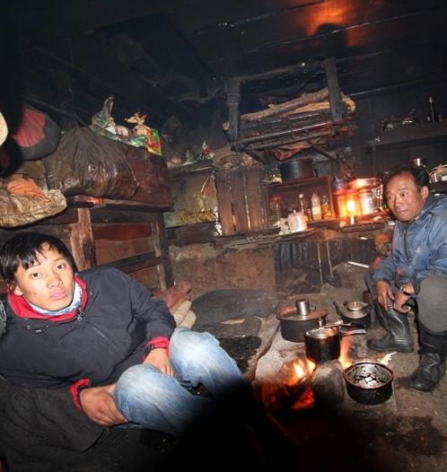 Pritam og Mama i den lille hytte, hvor den afskyelige snemand ikke længere lægger vejen forbi.