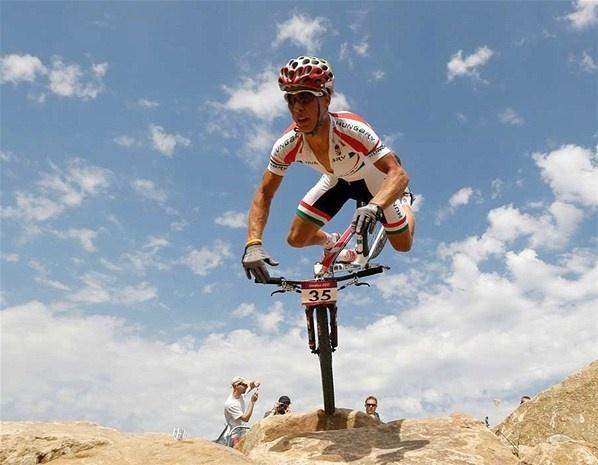 Le Hongrois Andras Parti chute durant l'épreuve de vélo de montagne des Jeux olympiques de Londres, à Hadleigh Farm.