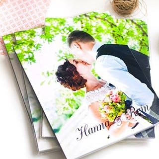 This is the best gift I've ever given to my parents - a photo book of our wedding. I think my Mom had tears in her eyes when she browsed through it. I know I definitely did. I used @blurbbooks and LOVE them! Even the affordable paperback version is SO pretty  Highly recommend!  You can read more about it #ontheblog ! #blurbbooks #photobook #weddingphotos
