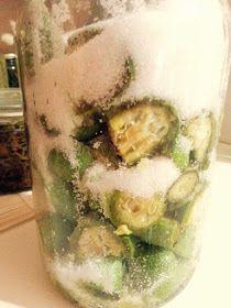40 μέτρια πράσινα καρυδάκια 500 γρ ζάχαρη 1 λίτρο ρακί ή βότκα ή τσίπουρο 10 μοσχοκάρφια 1 ξυλάκι κανέλα Εκτέλεση Πλένουμε τ...