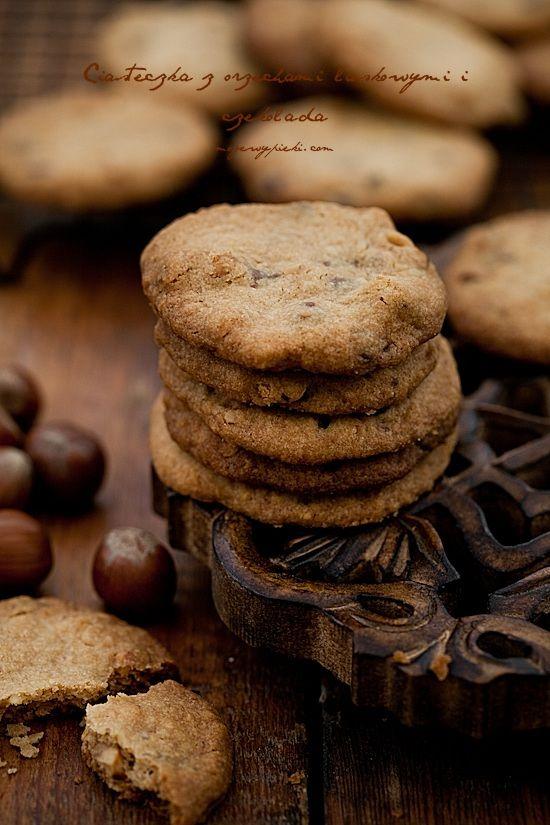 Ciastka orzechowe z orzechami laskowymi i kawałkami czekolady