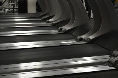 Cansado de correr en la cinta: prueba este entrenamiento   La cinta de correr es útil pero digamos que no es un aparato muy motivador. Si estás cansado de correr en la cinta siempre al mismo ritmo y con las mismas vistas hoy te proponemos unentrenamiento diferente para la cinta de correr.  Muchas veces desaprovechamos las opciones que tenemos en la cinta de correr. Podemos jugar con la velocidad inclinación y los tiempos de descanso para hacer un entrenamiento diferente. Correr en la cinta…
