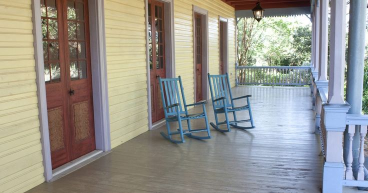 Cómo hacer una mecedora de madera. Las mecedoras se originaron en Norteamérica. Las primeras señales aparecieron en el siglo XVIII cuando se utilizaban en los jardines. Las mecedoras modernas se utilizan como muebles tanto en el interior de la casa como en el exterior. El propósito de la mecedora define el tipo de madera utilizado. La madera blanda es suficiente para las mecedoras ...