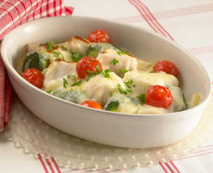Ovnsbakt torsk med brokkoli, tomat, vårløk og gulrot, toppet med ost. Serveres med hvit sos og poteter. <3