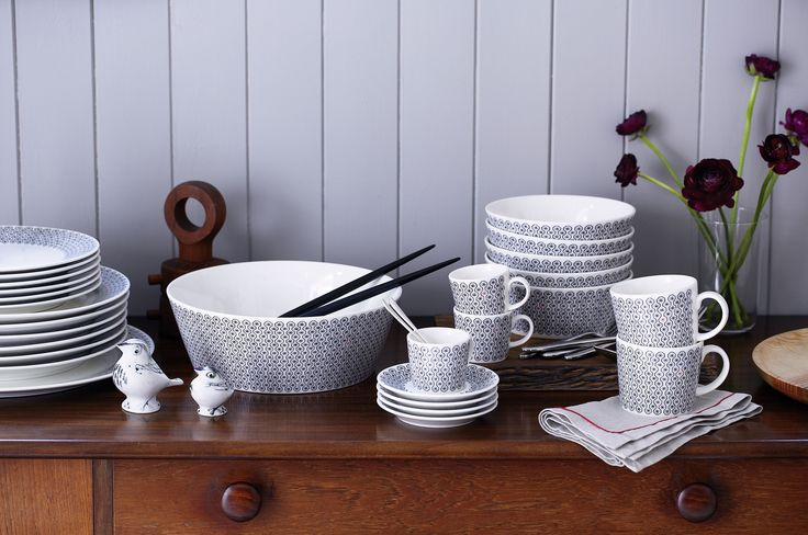 The little birds by Susan Parkinson sit very well with the Foulard Star pattern the dinner service set.