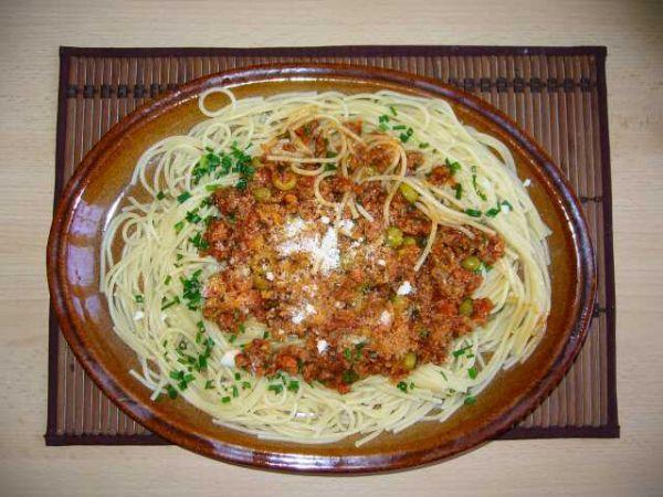 Boloňské špagety podle Jamieho Olivera (ml.maso,červená cibule,anglická,sušená rajčata,nebo pasírovaná,červ.víno,česnek)