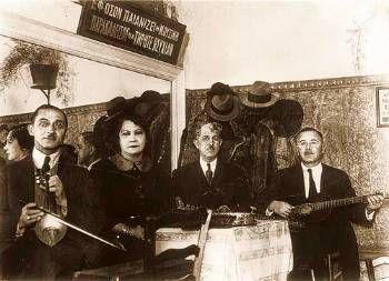 Η Ρόζα Εσκενάζυ, μαζί με τον Λάμπρο Λεονταρίδη και άλλους Μικρασιάτες μουσικούς, 1936