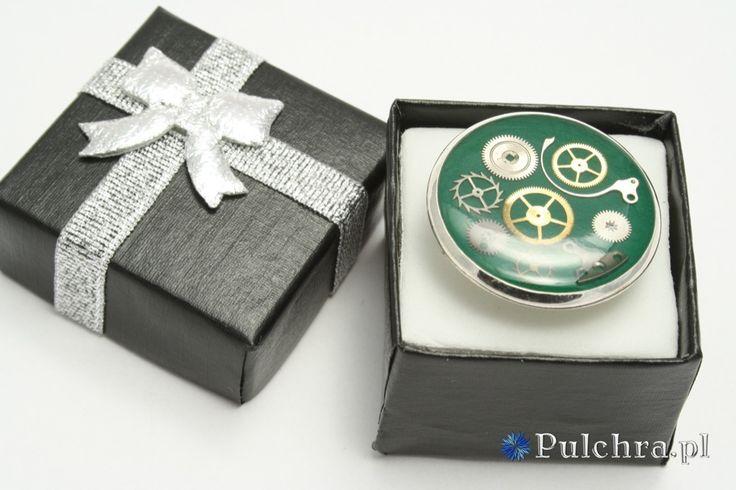 Green steampunk resin ring with watch cogs / Pierścionek steampunk z żywicy z trybikami zegarowymi na zielonym tle