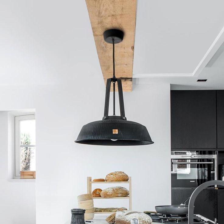Ga jij voor de industriële look of gaat je hart sneller kloppen van een vintage touch? Je kunt alle kanten op met de HKliving Workshop hanglamp! Hij oogt industrieel boven een robuuste tafel en landelijk in combinatie met houten accessoires.