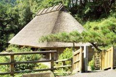 高知県高岡郡四万十町にある旧竹内家  高知県下では重要文化財として3軒の民家が指定されていますがそのつが旧竹内家住宅です  約200年前に建てられた土佐の典型的な山村農家 いろりを囲む床は竹で編まれており草葺き平屋で49年に移築修理されましたが当時の生活様式を今なお伝えています 田野々小学校のすぐ下にあり四万十川と梼原川の合流点に位置しています  tags[高知県]