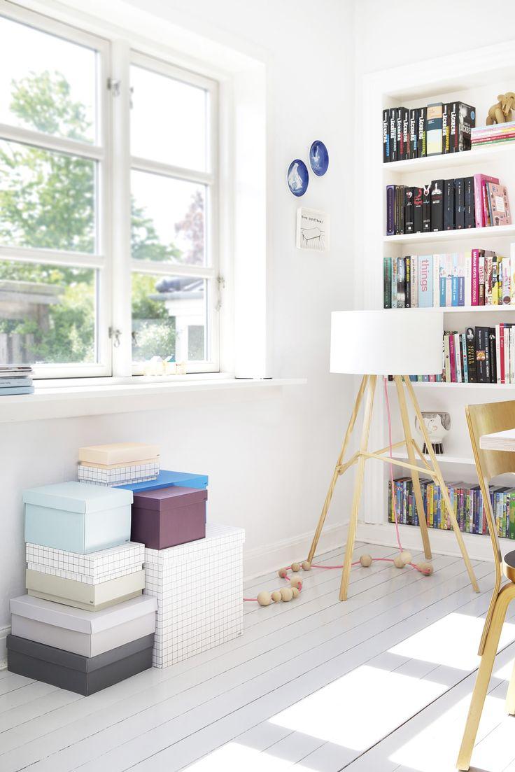 Un intérieur danois frais aux couleurs d'été. Des boites colorés pour créer des rangements.