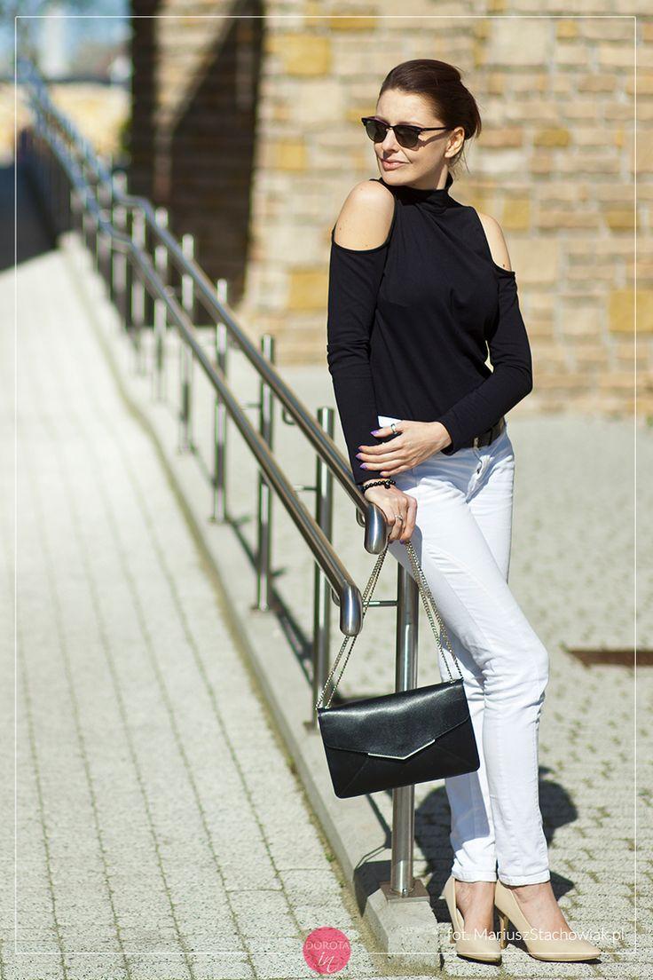 Czarna bluzka z odkrytymi ramionami, białe spodnie, beżowe szpilki i czarna torebka na łańcuszku.  http://dorota.in/czarna-bluzka-odkryte-ramiona-biale-spodnie-stylizacja/  #moda #fashion #styl #style #outfit
