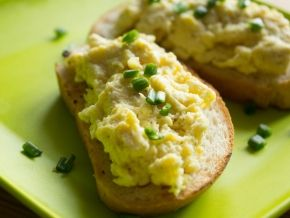 Бутерброды с яичницей-болтуньей