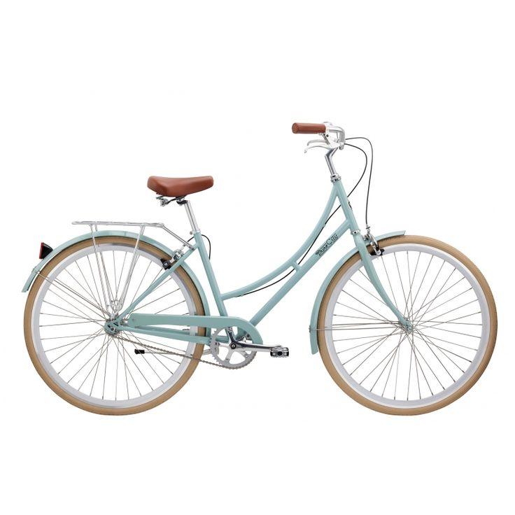 Courbes généreuses, cadre vert menthe, élégantes jantes blanches. Le vélo Crosby byPure Fix Cyclesest le vélo idéal pour parcourir sereinement les rues de vos jolies villes et campagnes. 1ou 3 vitesses intégrées (moyeu Shimano Nexus Twist Shifter) Roues de 650c (43cm) ou 700c (45cm) Béquille, réflecteurs, sonnette, porte bagage arrière, poignées et selle en cuir Plus d'info ci-dessous.